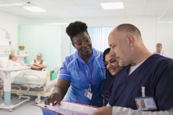 AErzte und krankenschwester machen runden diskutieren