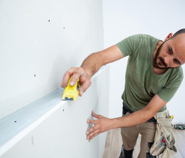 arbeiter bauen gipskartonwand