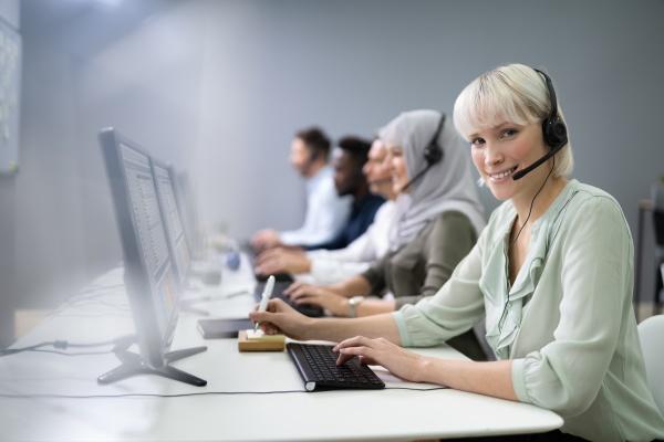 weibliche kundendienstmitarbeiterin im call center