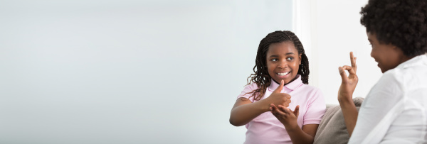 gehoerlose mutter spricht gebaerdensprache mit ihrer
