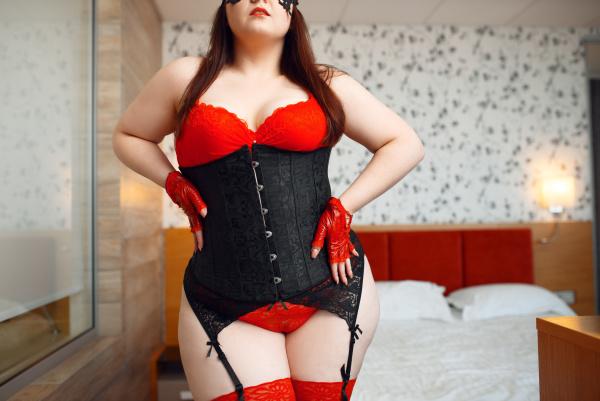 fette frau in schwarz und rot