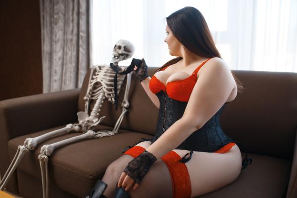 fett verdorbene frau und skelett sitzen