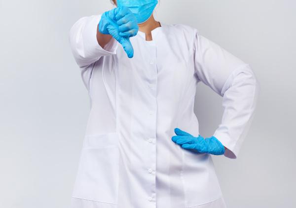 sanitaeterin in einem weissen mantel und
