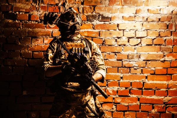 elite militaersoldat mit moderner bewaffnung