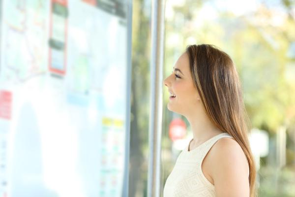 pendler pruefplan in einer bushaltestelle
