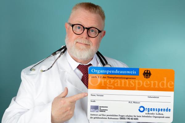 arzt mit deutschem organspendeausweis