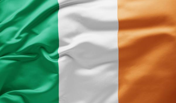 schwenken der nationalflagge irlands
