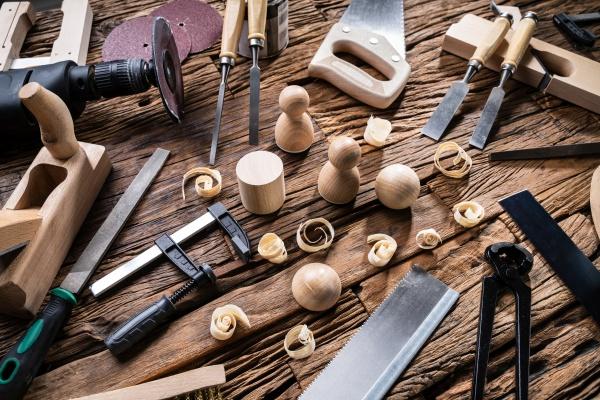fertige holzobjekte und verschiedene tischlerwerkzeuge