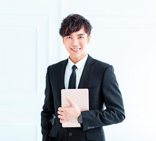 junger geschaeftsmann mit tablet computer im