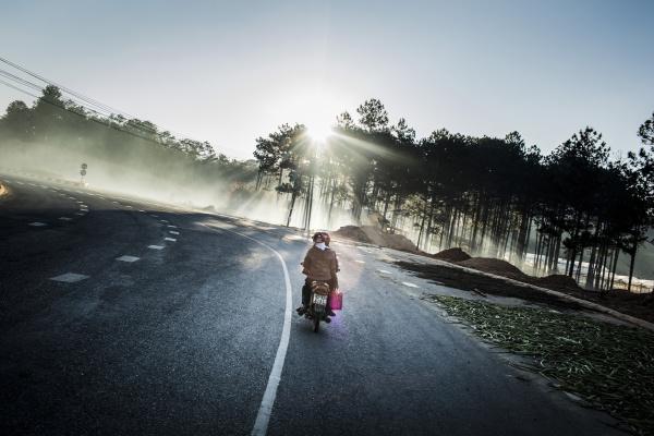rueckansicht des motorrads das auf einer