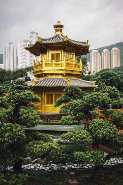 aussenansicht des goldenen tempels umgeben von