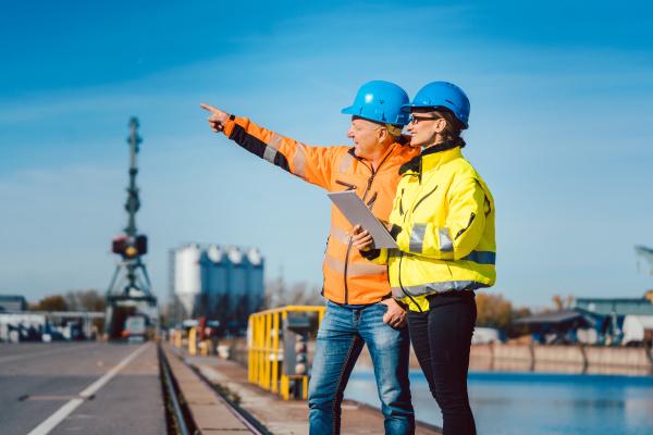 arbeiter in einem kommerziellen flusshafen