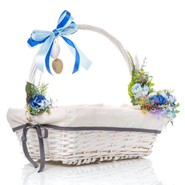 osterkorb mit dekor von blauen blumen
