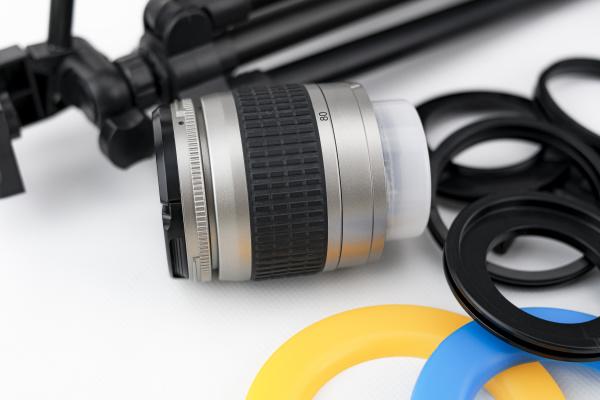 fotokameraobjektiv nahaufnahme mit objektivprotektoren und kleinem