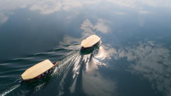 luftaufnahme von touristenbooten auf bacina seen