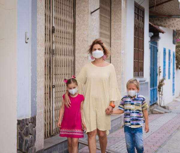 familie traegt gesichts einweg maske coronavirus
