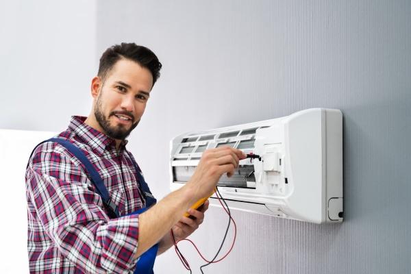 techniker testet klimaanlage