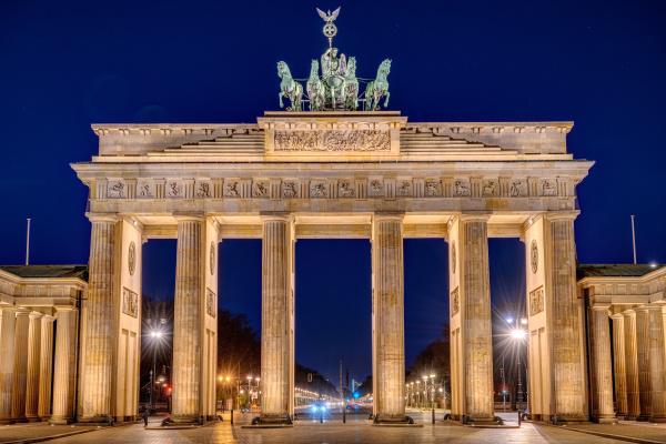 das beleuchtete brandenburger tor in berlin