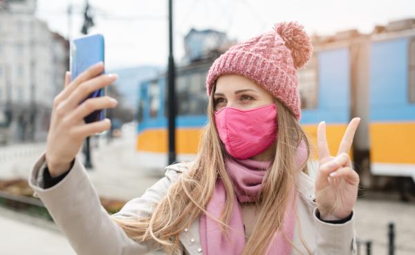 frau macht sieg zeichen machen selfie
