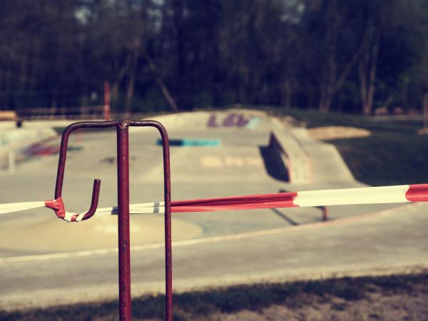 nahaufnahme, des, absperrbandes, vor, einem, skatepark, zu - 28323916