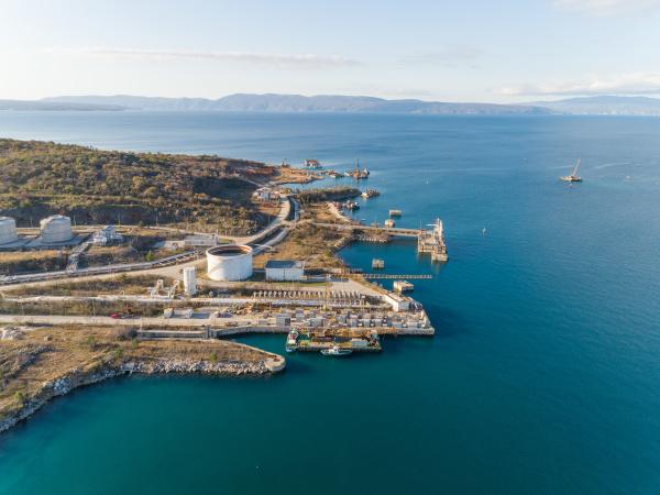 luftaufnahme der bucht in omisalj kroatien