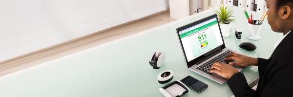 geschaeftsfrau ueberprueft credit score auf laptop