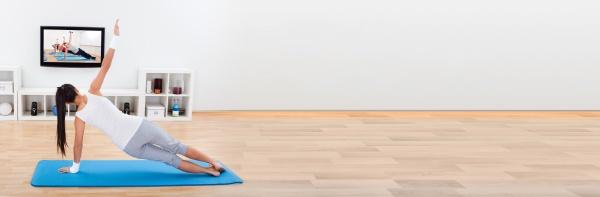 frau uebt yoga zu hause