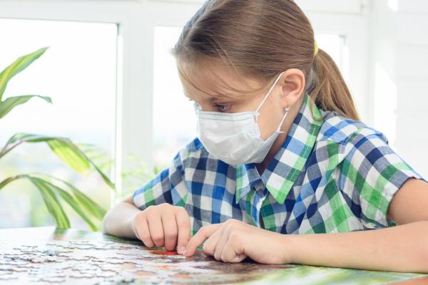 teen maedchen in einer medizinischen maske