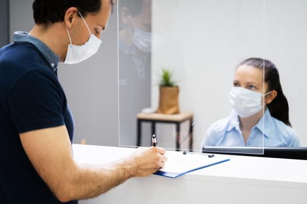 client signing paper an der rezeption