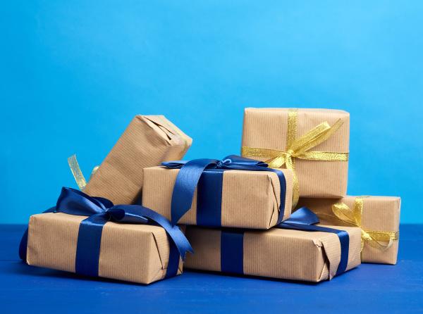haufen von geschenken in schachteln in