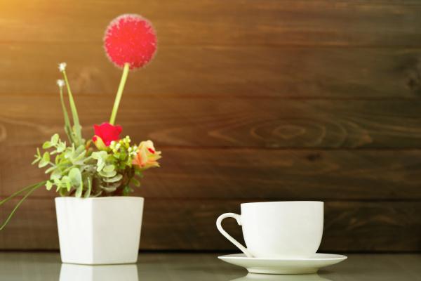 kaffeetasse und kuenstliche blumenvase bouquet ueber