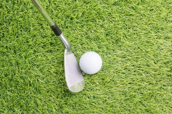 golfball vor dem schlagen mit golfschlaeger