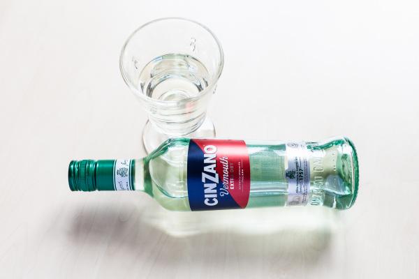 liegende flasche cinzano extra dry und
