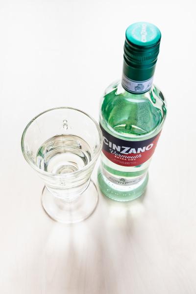 geschlossene flasche cinzano extra dry und
