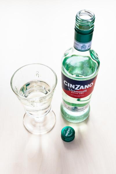 offene flasche cinzano extra dry und