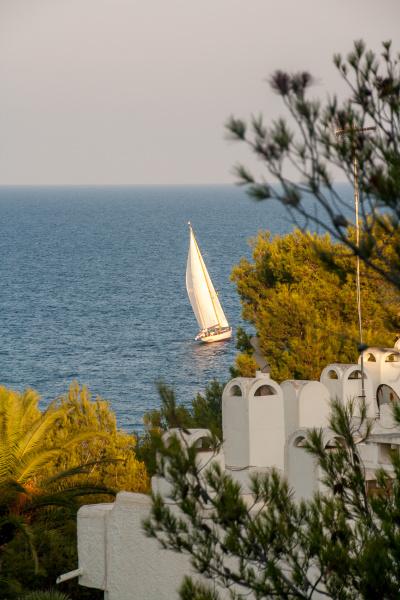 segelschiff in der bucht von cala