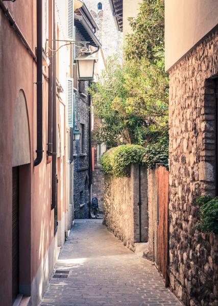 ruhige strasse in sirmione italien