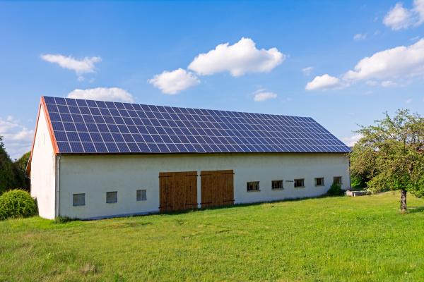 gruene energie mit solarkollektoren auf dem