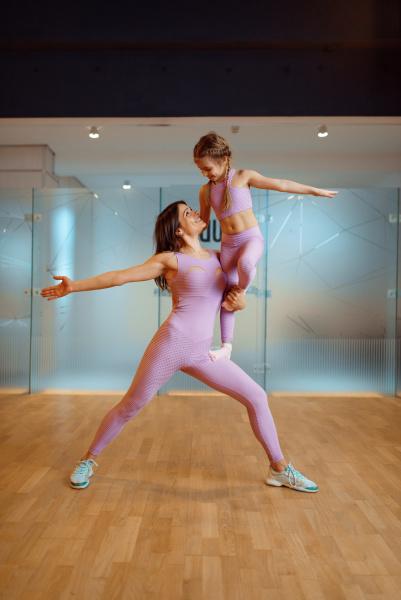 mutter und tochter im fitnessstudio gesunder