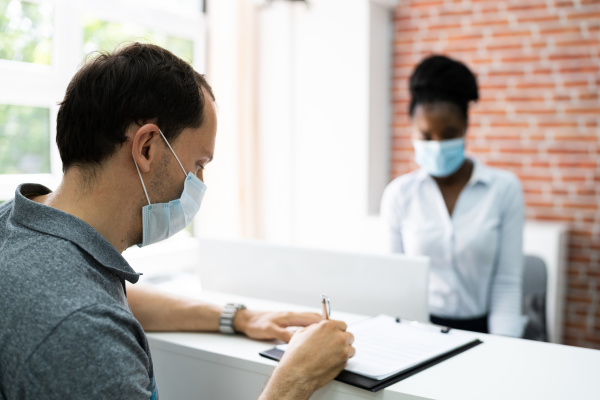 hotel desk rezeption covid 19 maske