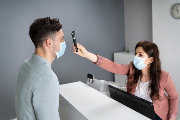 check rezeption covid hotel maske schreibtisch
