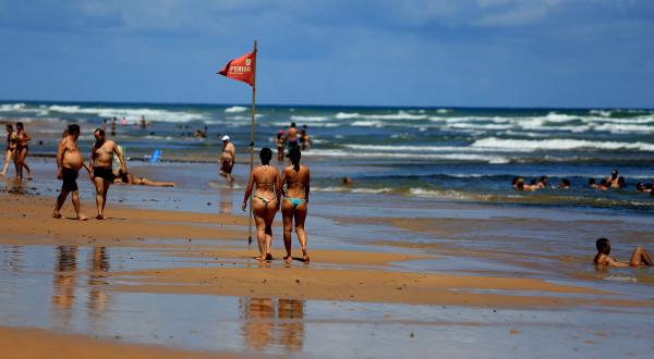 frauen in bikinis am strand