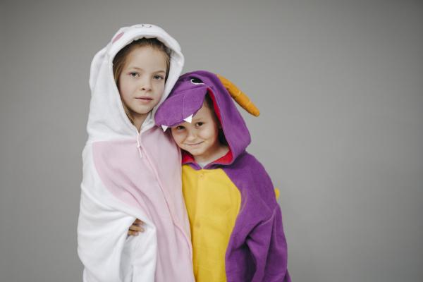 zwei schoene maedchen als kaninchen und