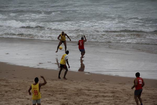 menschen die am strand in salvador