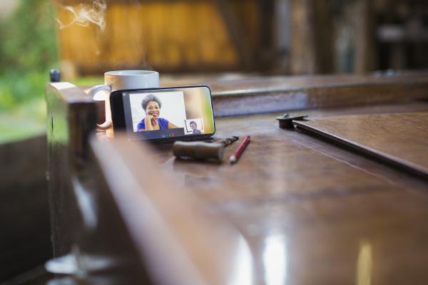 kollegen video chat auf smartphone bildschirm
