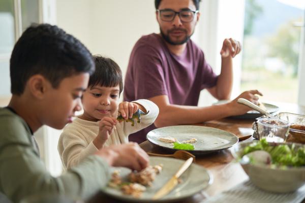familie beim mittagessen am tisch