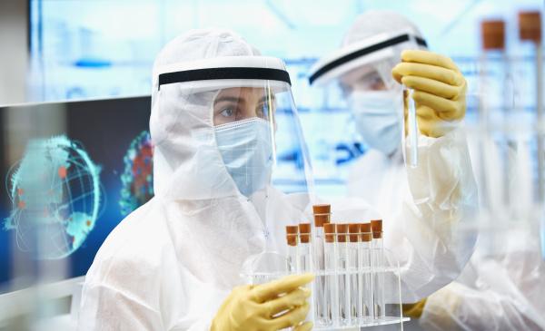 wissenschaftler in sauberen anzuegen erforschen coronavirus
