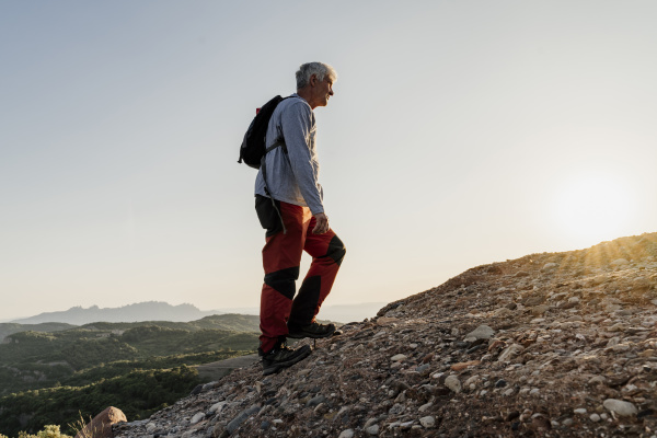 aktiver senior der auf dem berg