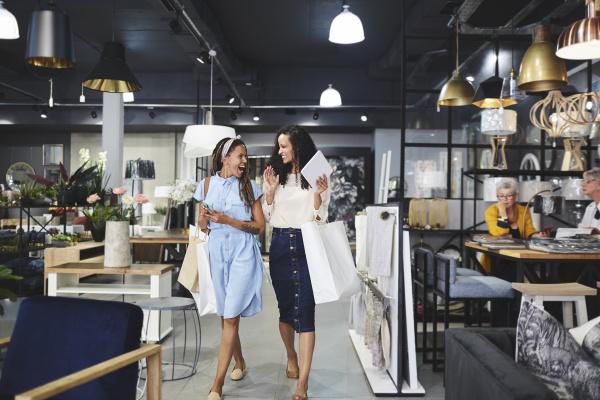 frauen einkaufen verlassen wohnkultur shop