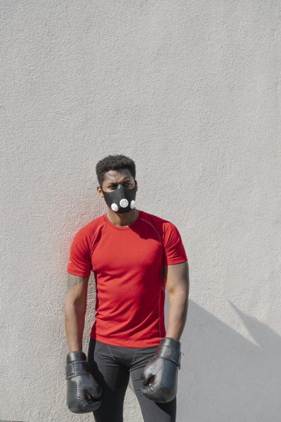 portraet eines sportlers mit gesichtsmaske und